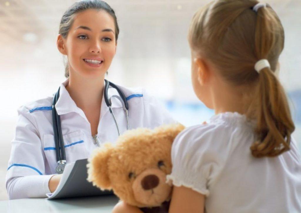 маленькая девочка на приеме у врача