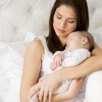 кормящая грудью женщина с ребенком