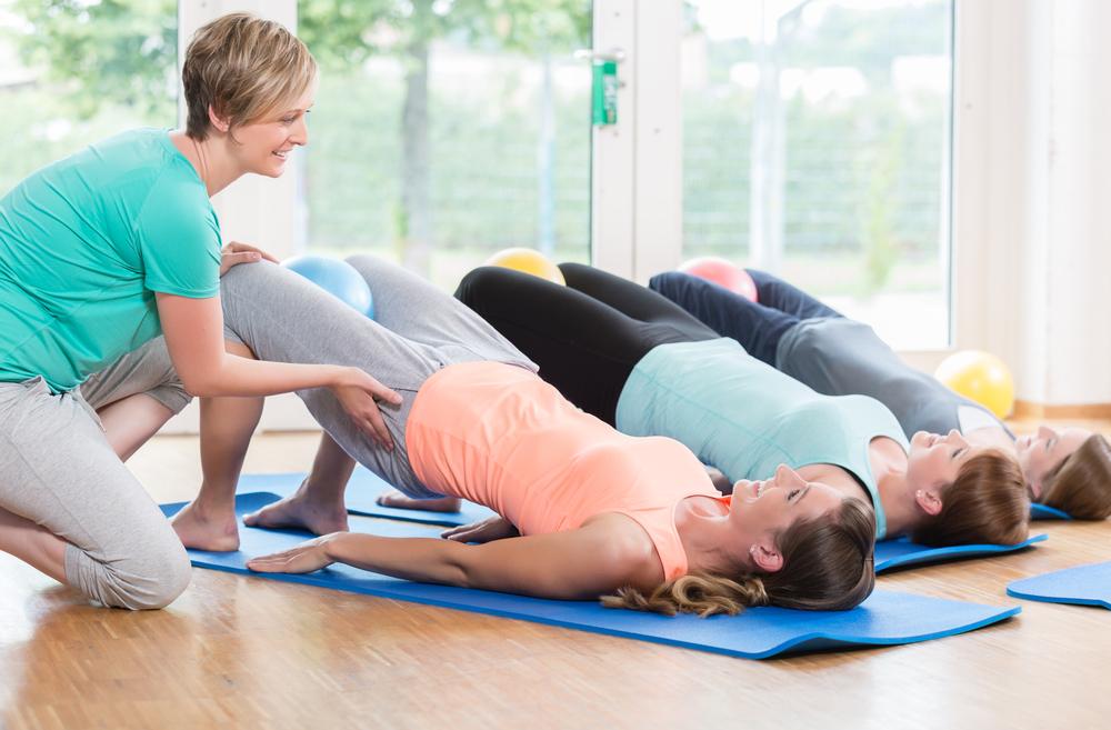 Девушки выполняют упражнение Кегеля