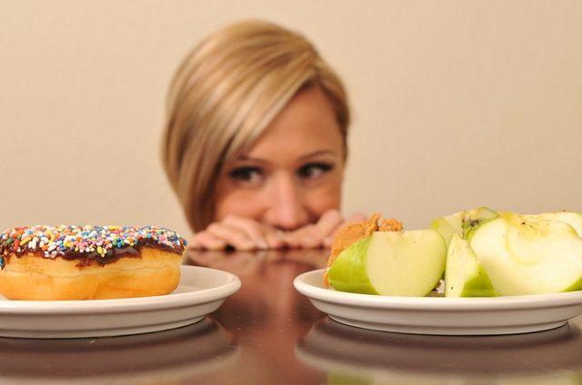 женщина перед выбором еды