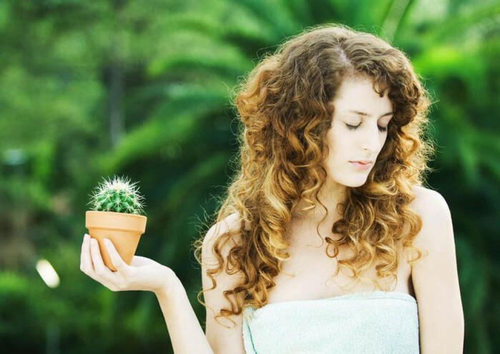 девушка с кактусом в руках
