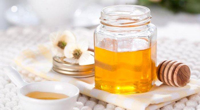 мед в баночке на столе