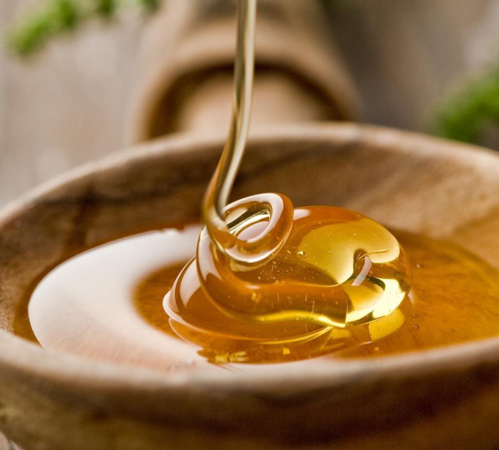 мед в деревянной тарелке